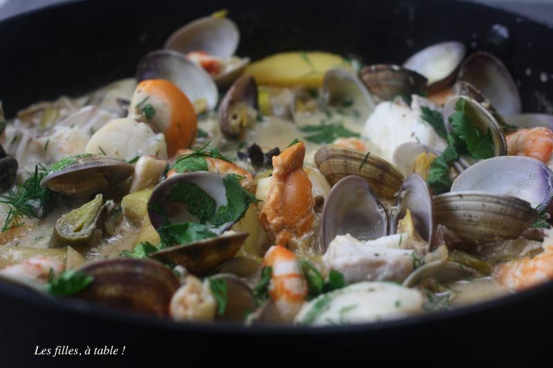 pot-au-feu, poissons, palourdes, crevettes, les filles à table