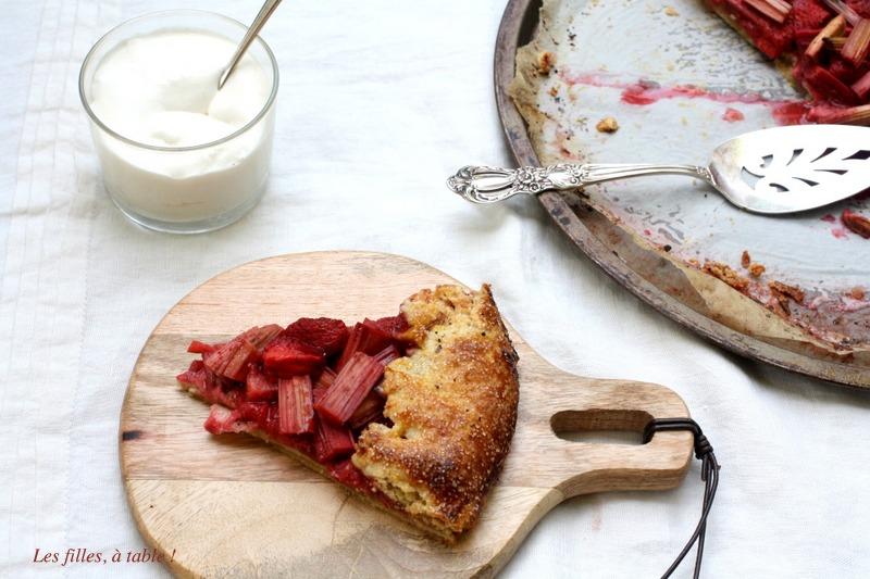 tarte, tarte rustique, fraises, rhubarbe, les filles à table