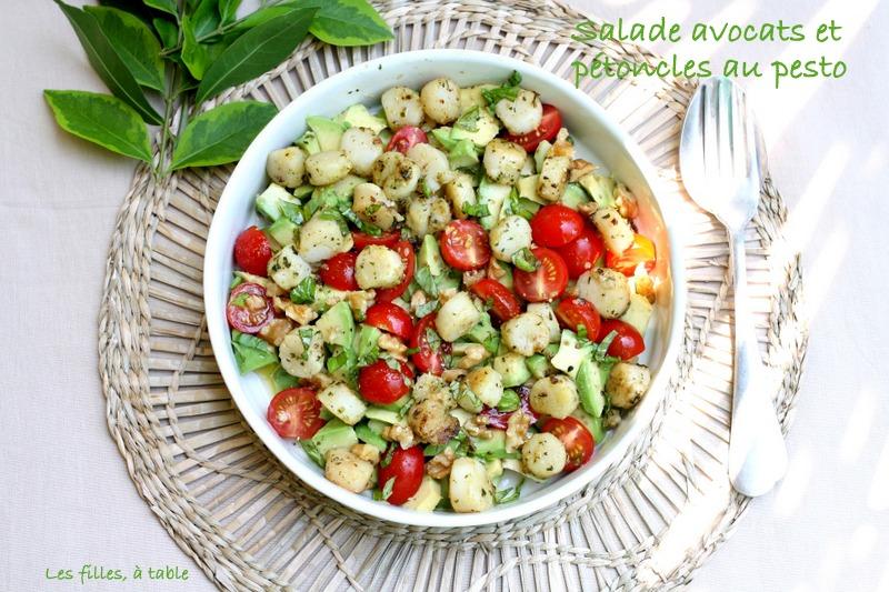 salade, avocats, noix de pétoncle, pesto, les filles à table
