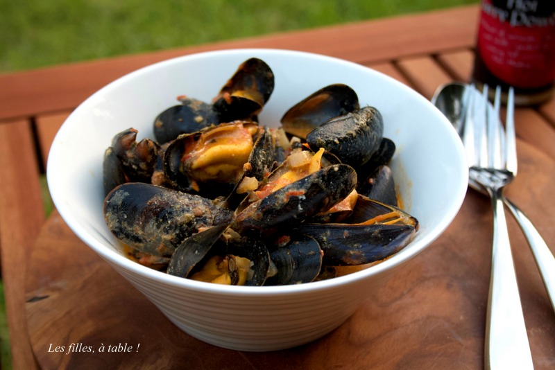 moules, curry, les filles à table