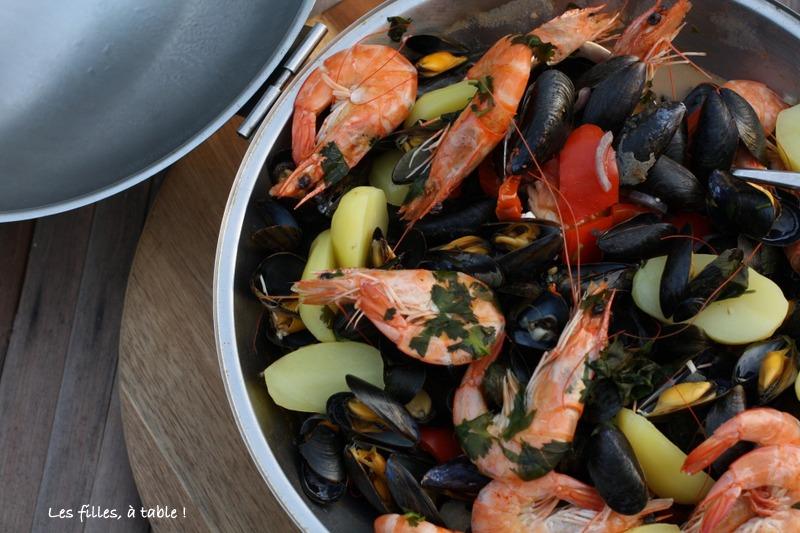 cataplana, lotte, fruits de mer, les filles à table