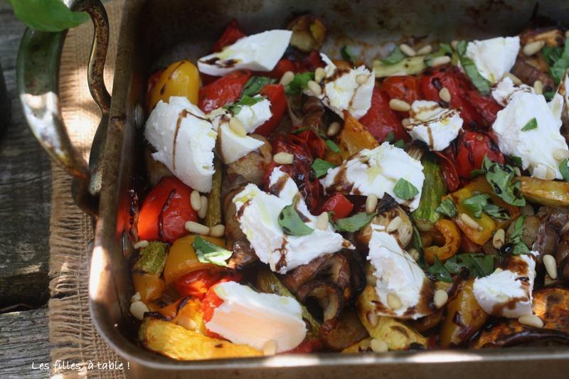 tomates, poivrons, courgettes, légumes rôtis, burrata, les filles à table