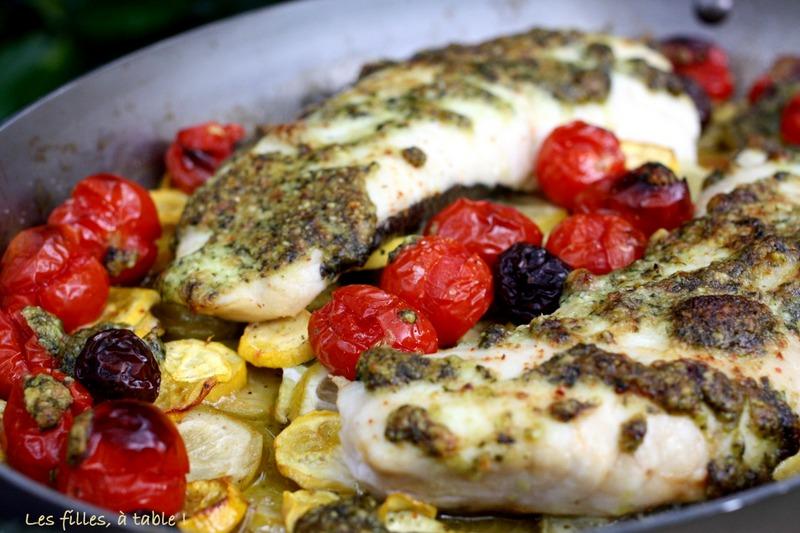 merlu, tomates, courgettes, pesto, les filles à table