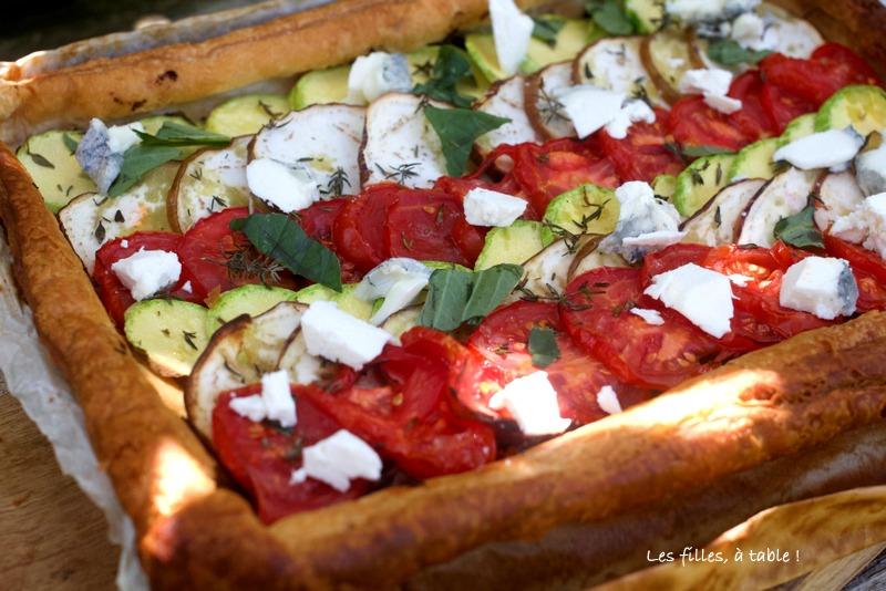 tarte, tomates, aubergine, courgettes, les filles à table