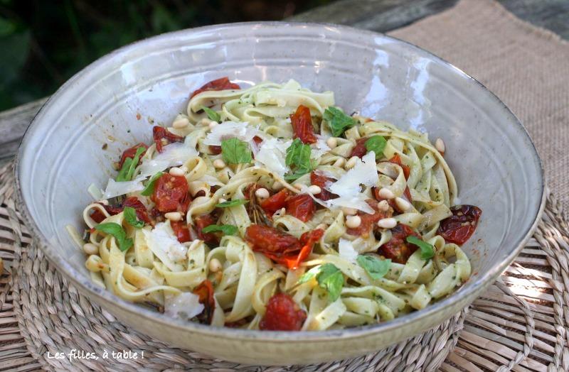 pâtes, tomates cerises confites, pesto, les filles à table
