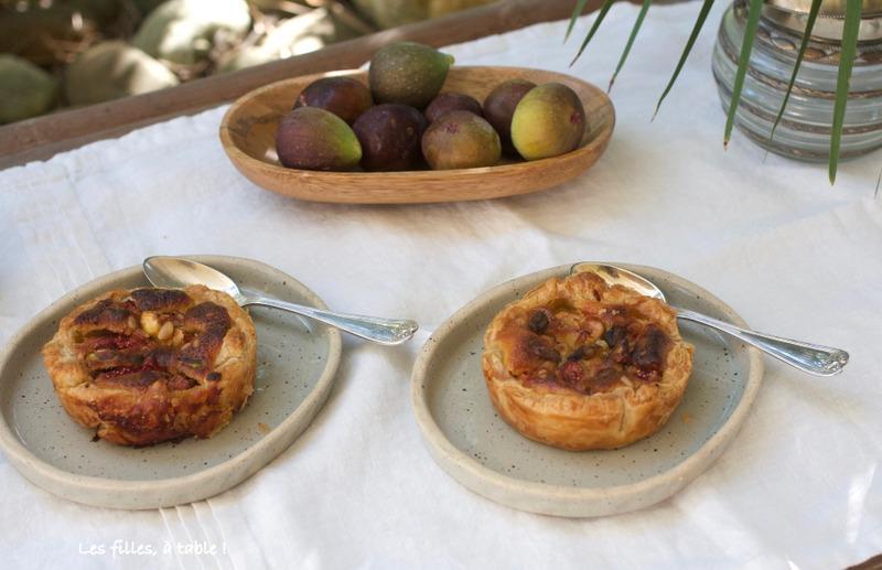 tartelettes, figues, pignons, pistaches, les filles à table