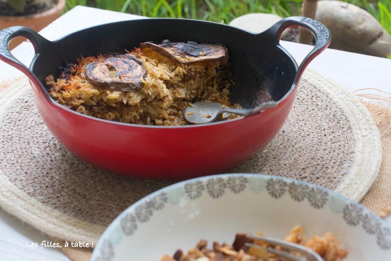aubergines, agneau, riz, les filles à table