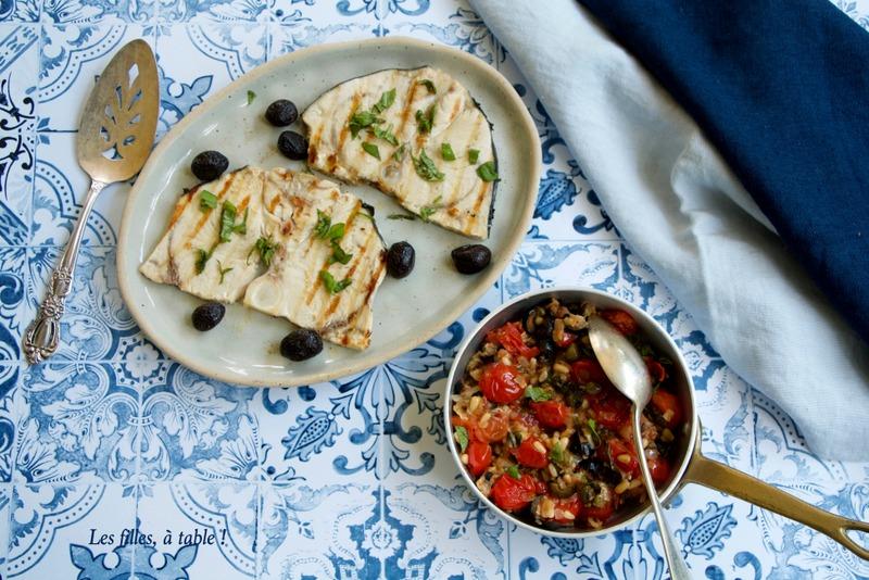 Espadon grillé, sauce aux tomates et câpres